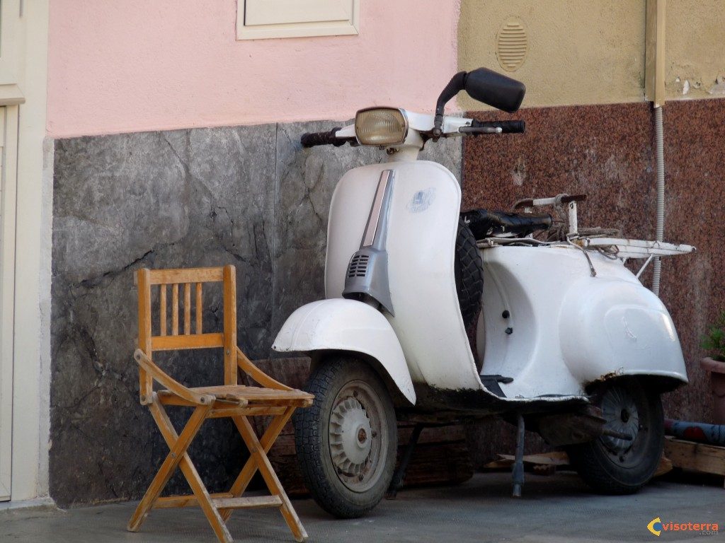 Scooter et chaise