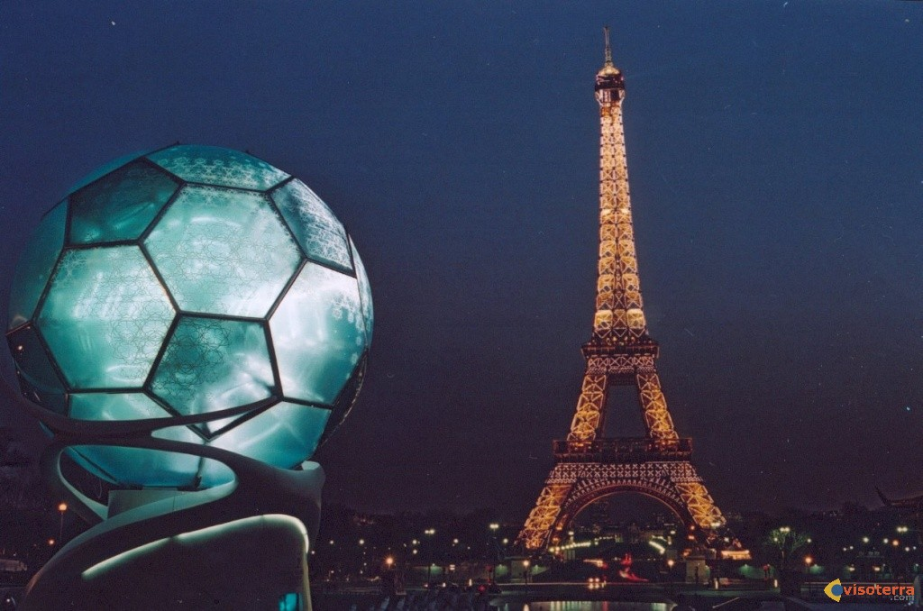 Fabuleux Photo : La tour Eiffel joue au foot RS91